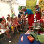 desormais-de-nombreux-ateliers-sont-pris-en-charge-par-des-benevoles-du-festival-pour-un-resultat-largement-a-la-hauteur-parents-et-enfants-ne-cachent-pas-leur-satisfact